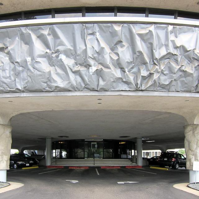 Gebäude mit Schienbeinschützern / Building With Shin Pads