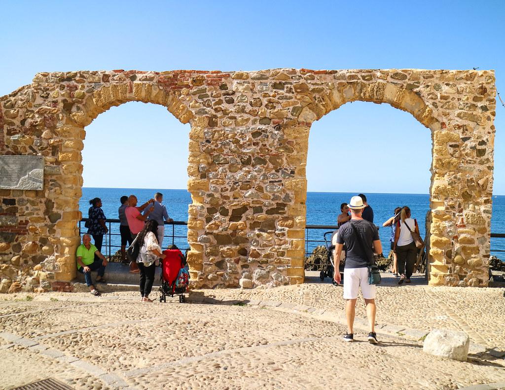 Arcos de piedra en el puerto viejo de Cefalu