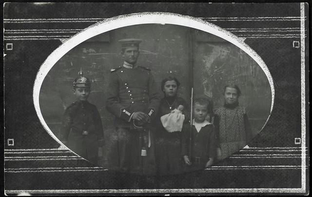ArchivV52 Soldat und Geschwister, 1910er