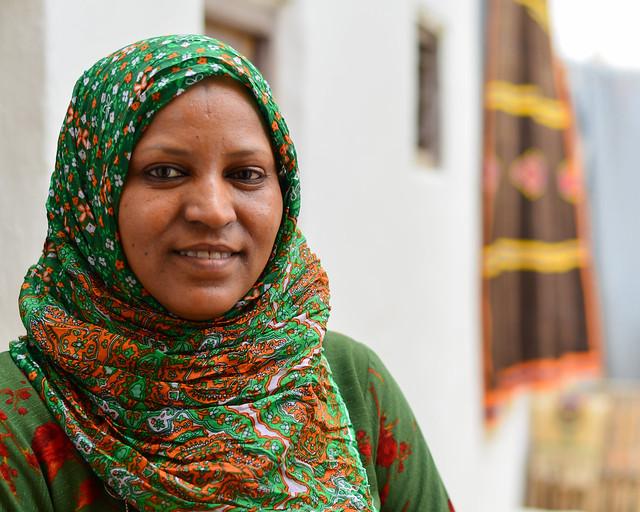 Mujer con velo en Túnez