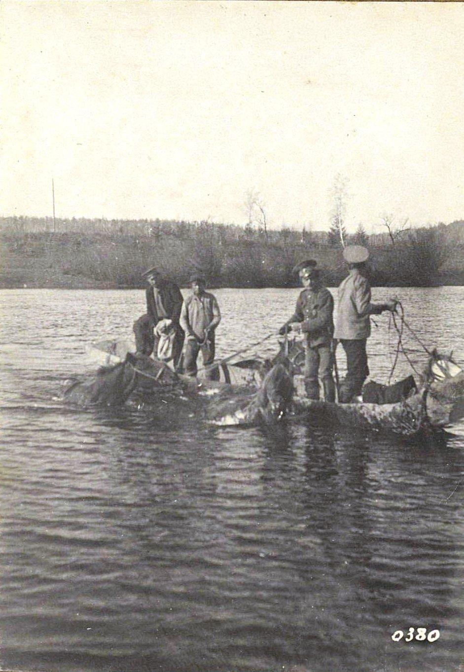 380. Переправа на боту через реку Ольгу