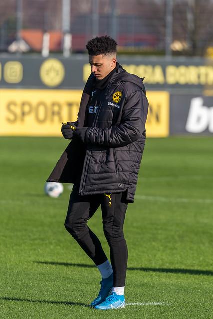 Jadon Sancho hält ein BVB-Stift in der Hand auf dem Trainingsgelände