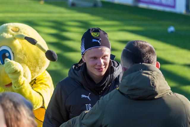 Borussia Dortmund Neuzugang Erling Haaland unterhaltet sich am Rande des Trainingsplatzes mit einem Fan