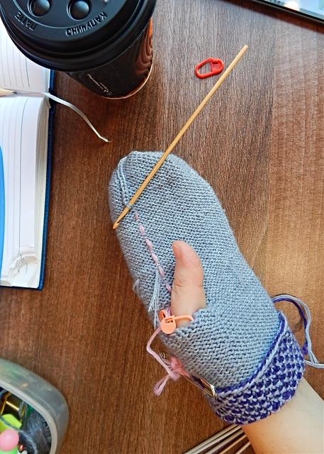 Как вязать по кругу узором broken seed stitch и какие можно с помощью этого узора связать прекрасные варежки. Бесплатное описание варежек прилагается. | HoroshoGromko.ru