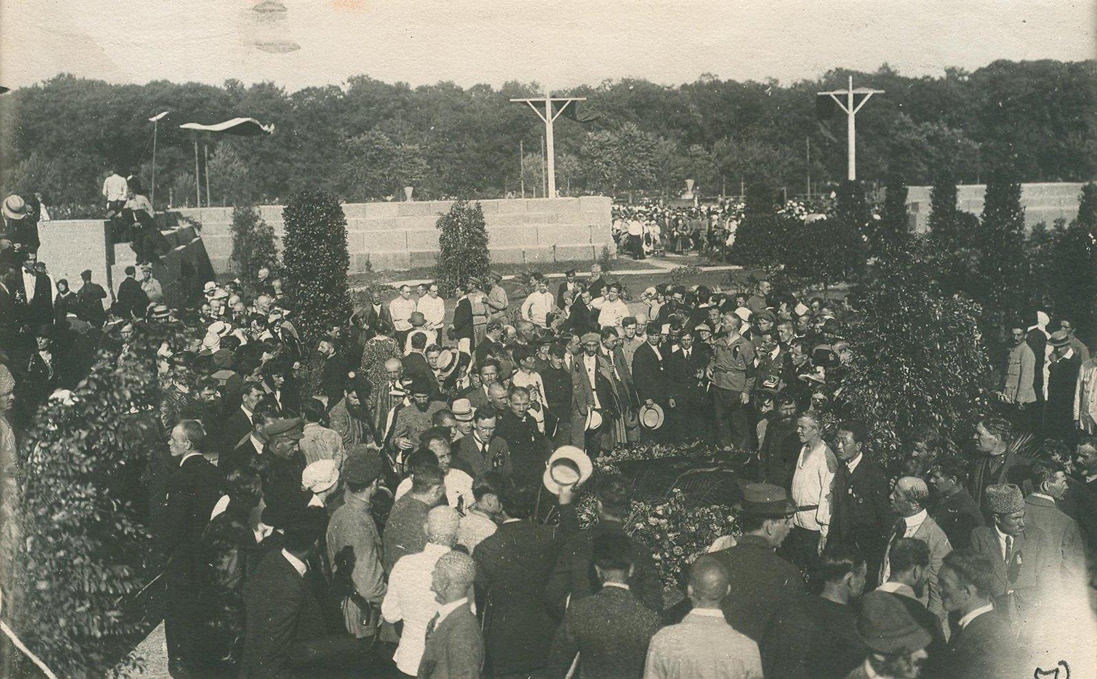 20. 1920. 19 июля. Делегаты II конгресса Коминтерна возлагают венки на могилы жертв революции на площади Жертв Революции