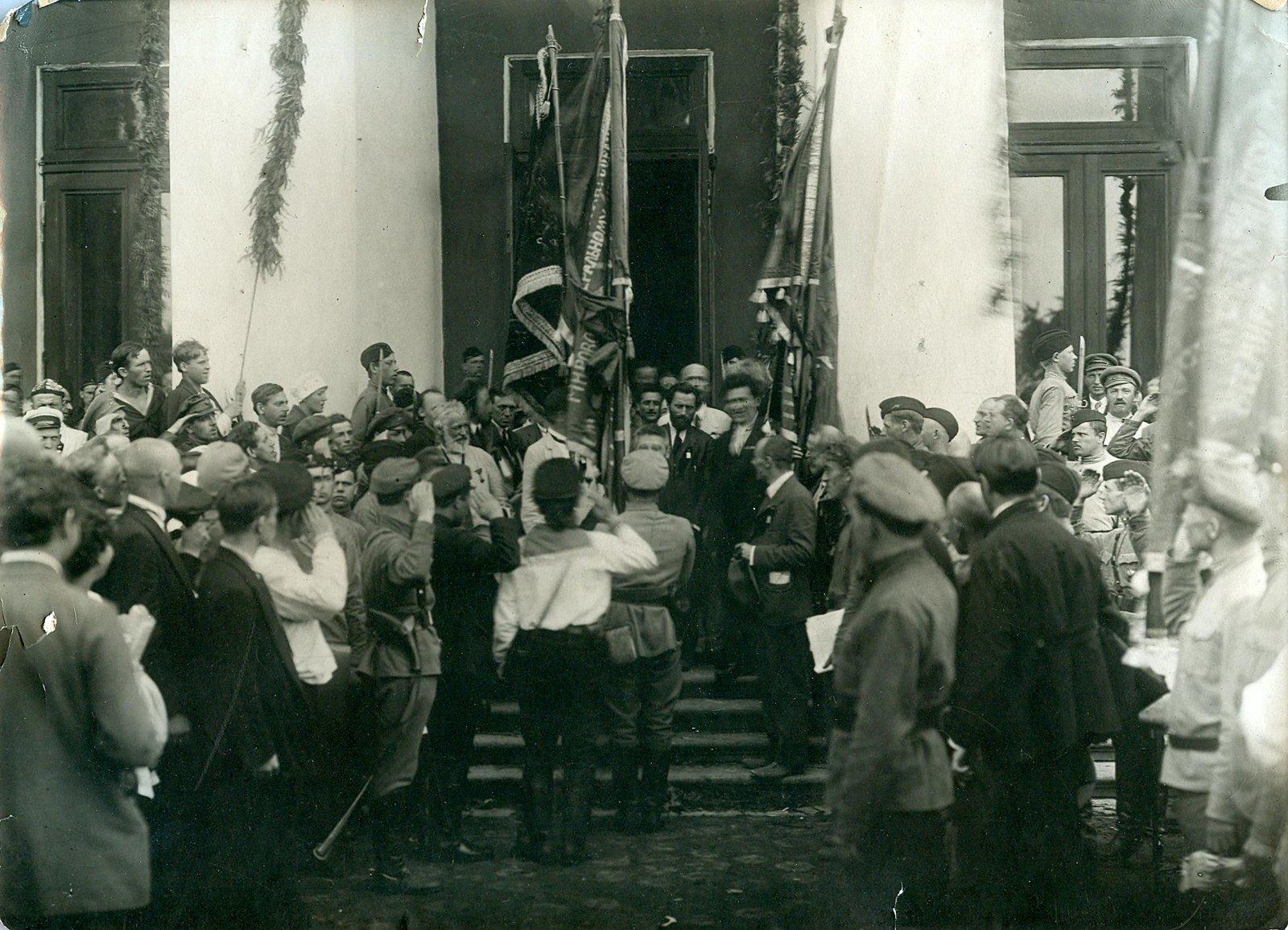 14. 1920. 19 июля. Вручение почетных знамен делегатам II конгресса Коминтерна у входа во дворец Урицкого