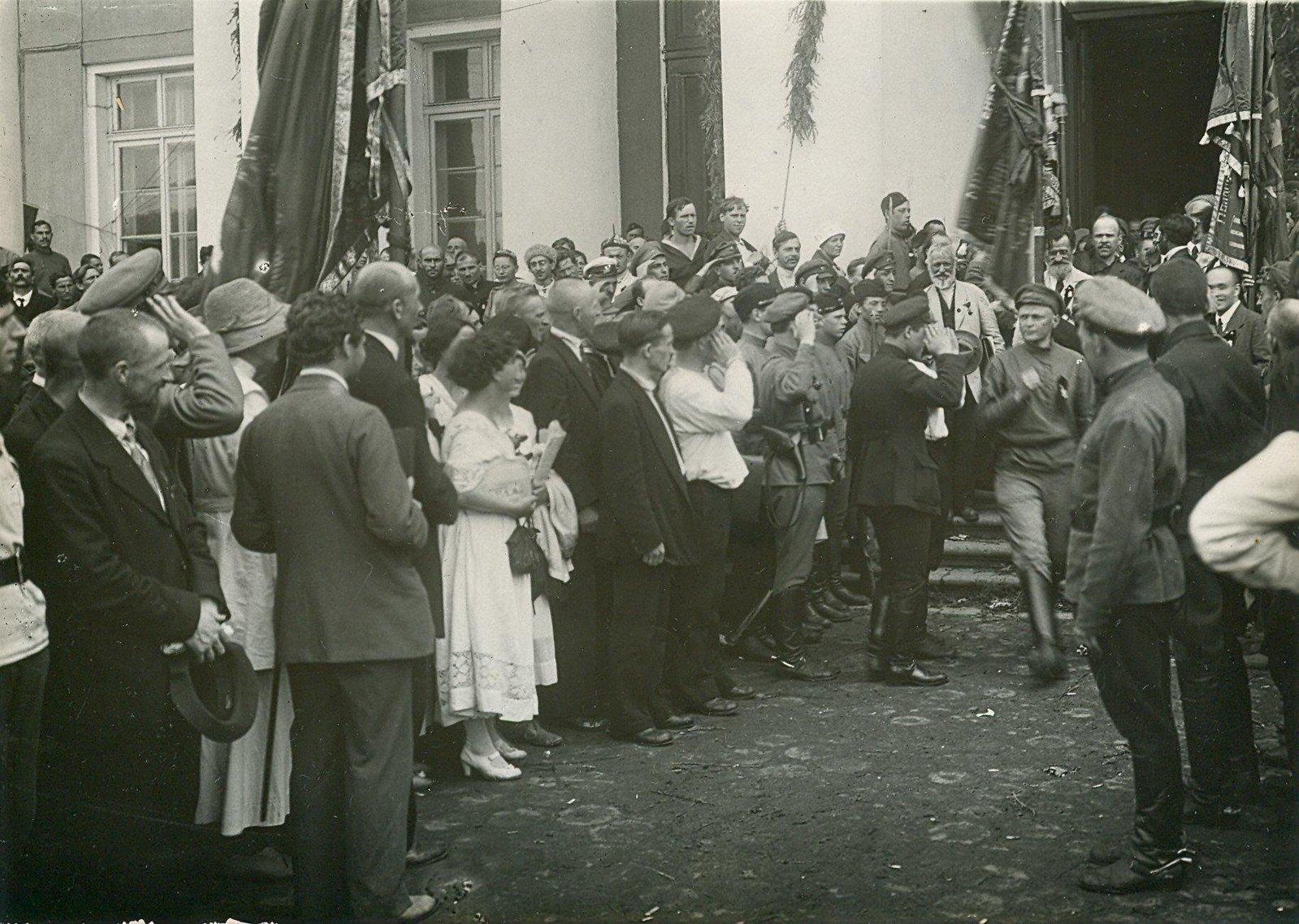 13. 1920. 19 июля. Делегаты II конгресса Коминтерна выходят из дворца Урицкого после окончания торжественного заседания - открытия конгресса