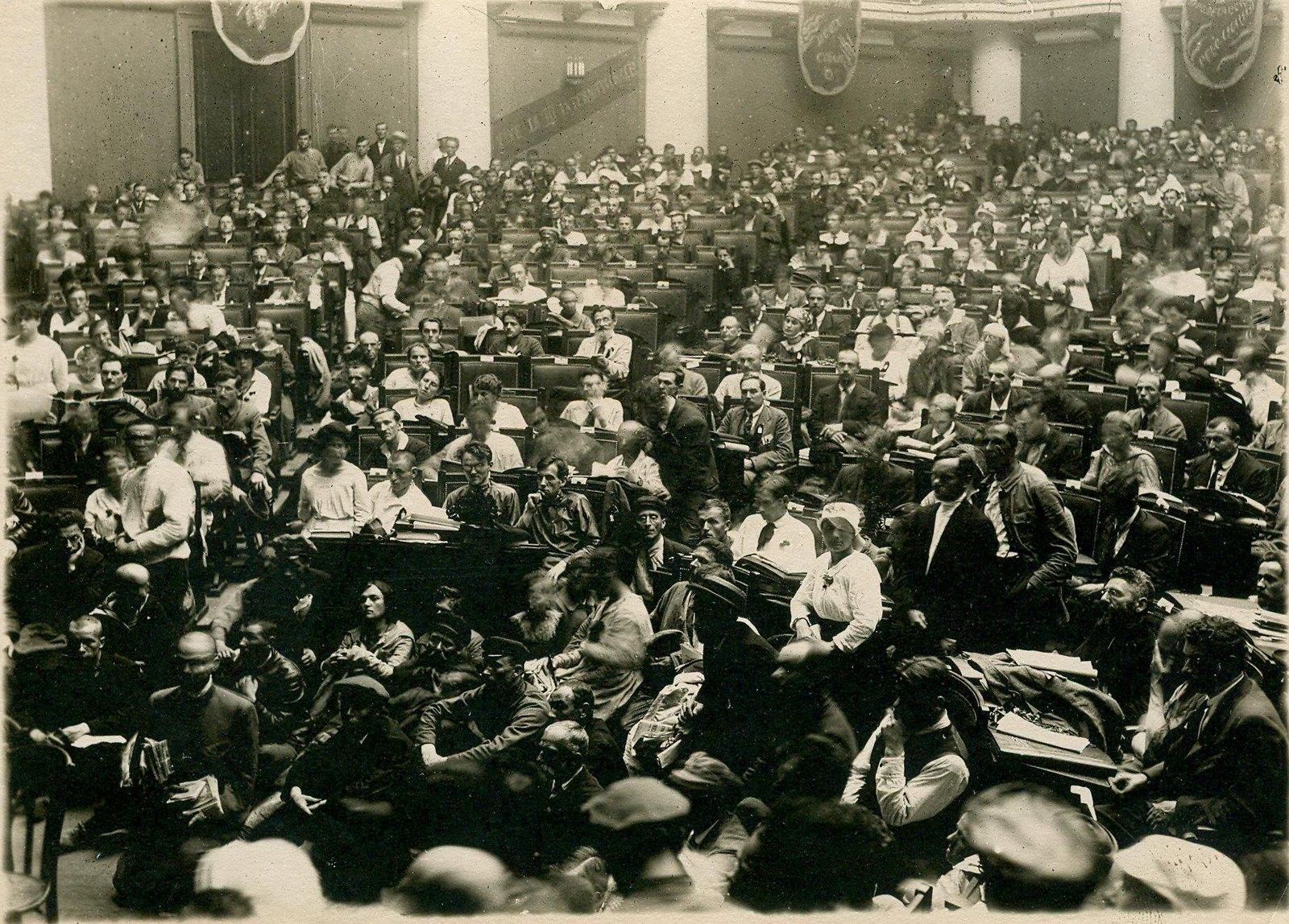 10. 1920. 19 июля. Торжественное открытие II конгресса Коминтерна во дворце Урицкого (Таврическом). Общий вид зала заседаний.