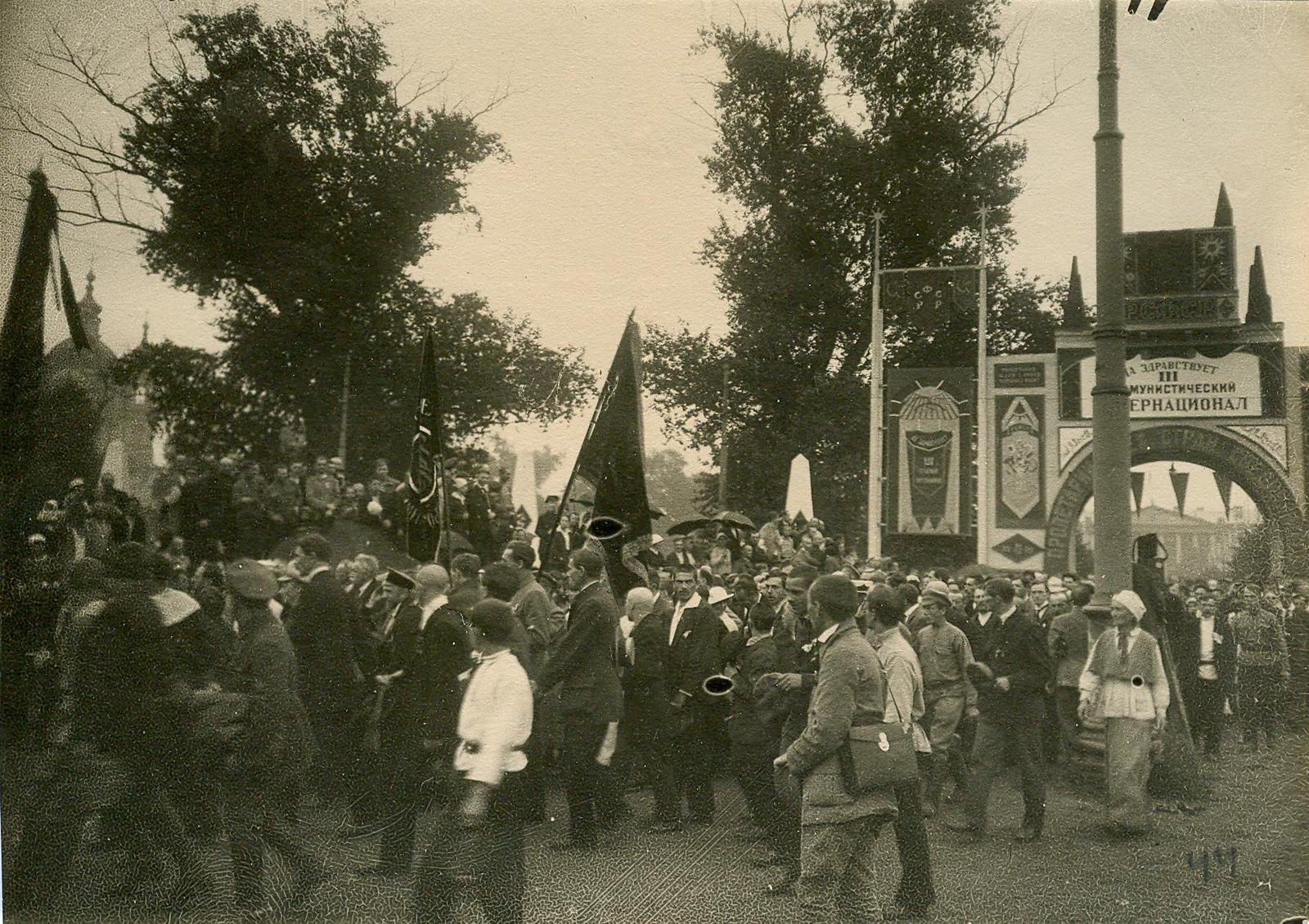 05. 1920. 19 июля. Делегаты II конгресса Коминтерна по пути из Смольного во дворец Урицкого
