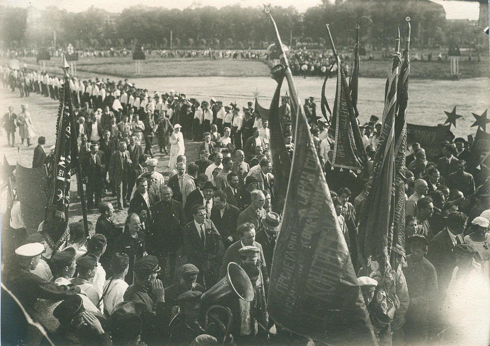 23. 1920. 19 июля. Манифестация на площади Жертв Революции (Марсово поле) во время торжественного открытия II конгресса Коминтерна