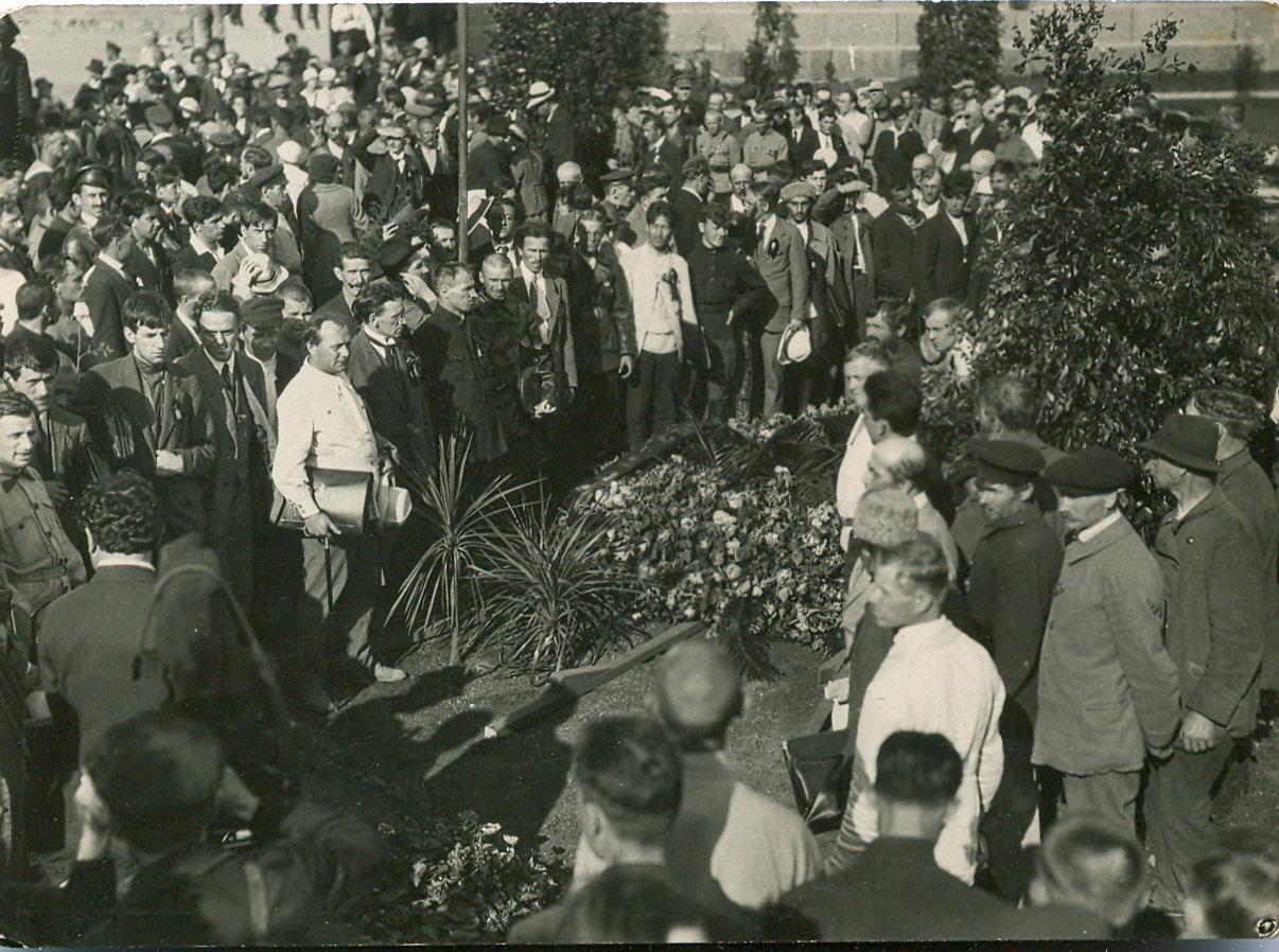 19. 1920. 19 июля. Делегаты II конгресса Коминтерна возлагают венки на могилы жертв революции на площади Жертв Революции