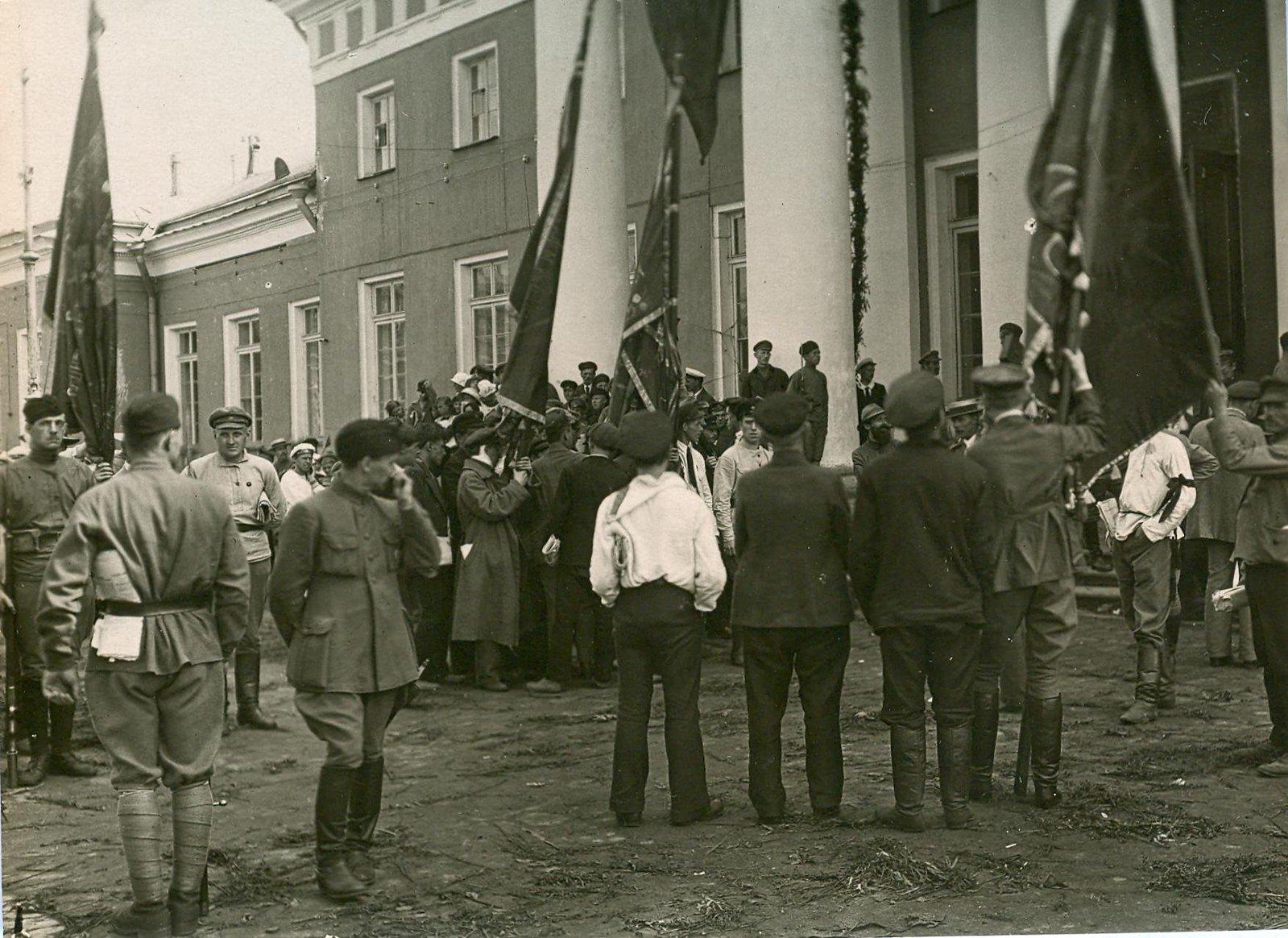 07. 1920. 19 июля. У дворца Урицкого  в день торжественного открытия II конгресса Коминтерна