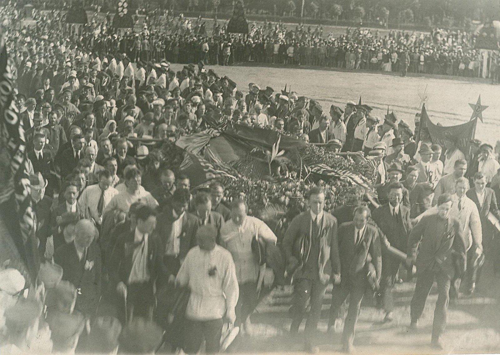 26. 1920. 19 июля. Манифестация на площади Жертв Революции (Марсово поле) во время торжественного открытия II конгресса Коминтерна