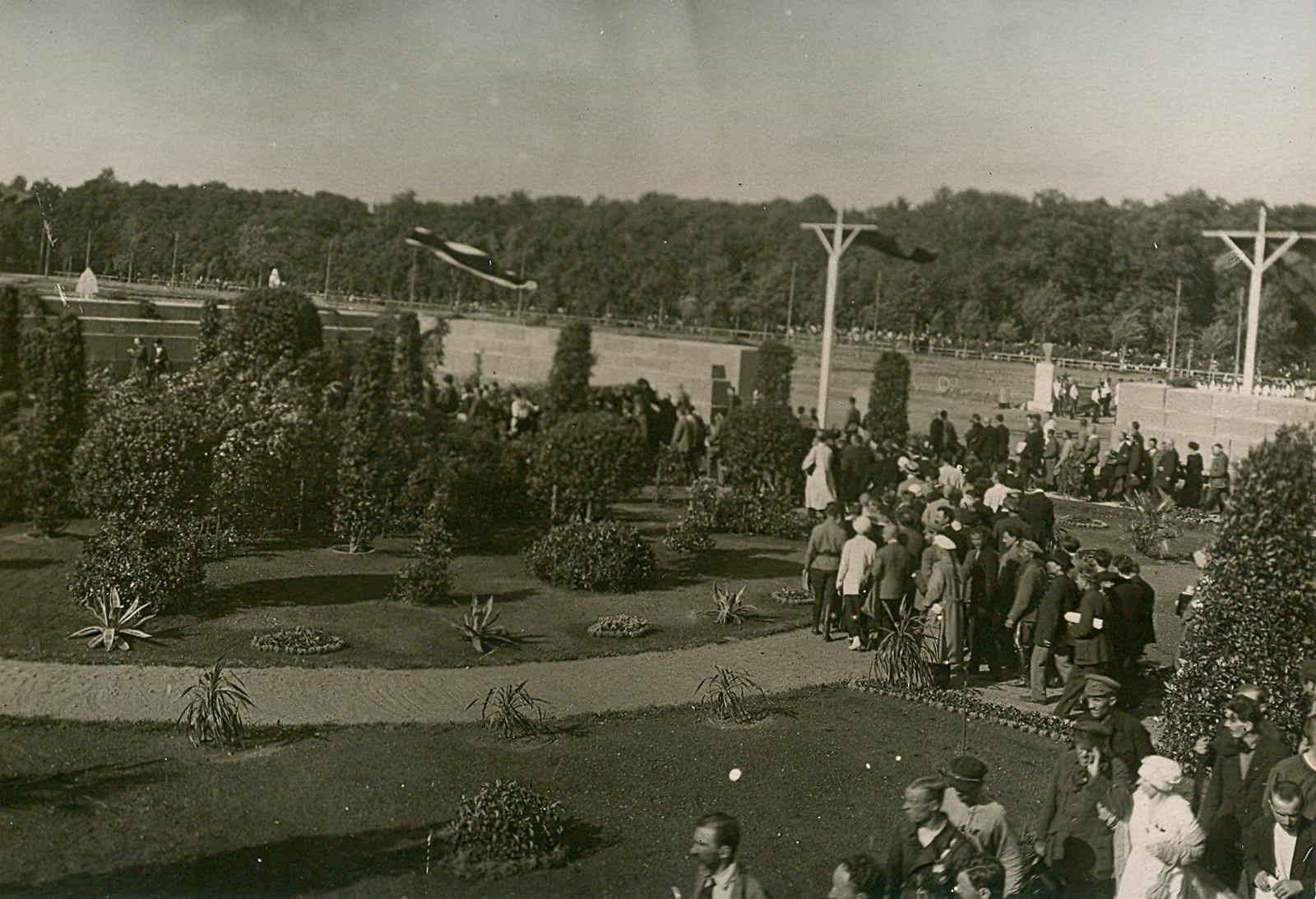 24. 1920. 19 июля. Манифестация на площади Жертв Революции (Марсово поле) во время торжественного открытия II конгресса Коминтерна