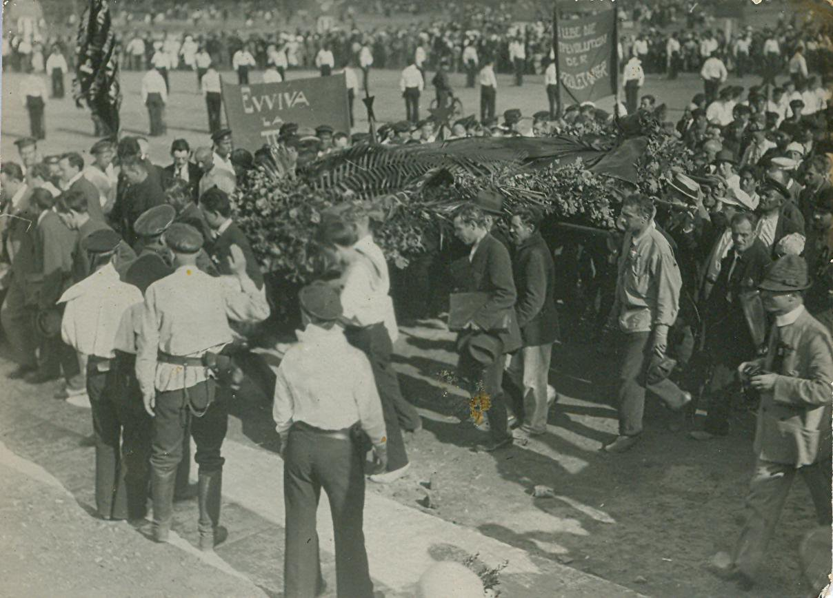 18. 1920. 19 июля. Делегаты II конгресса Коминтерна возлагают венки на могилы жертв революции на площади Жертв Революции