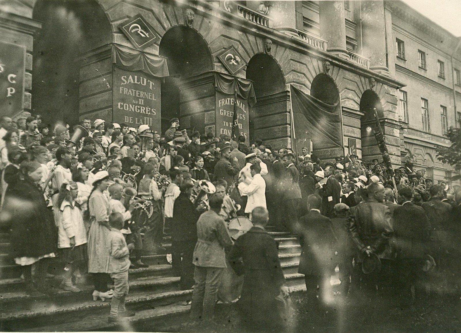 02. 1920. 19 июля.  Участники торжеств, посвященных открытию II конгресса Коминтерна, входят в Смольный