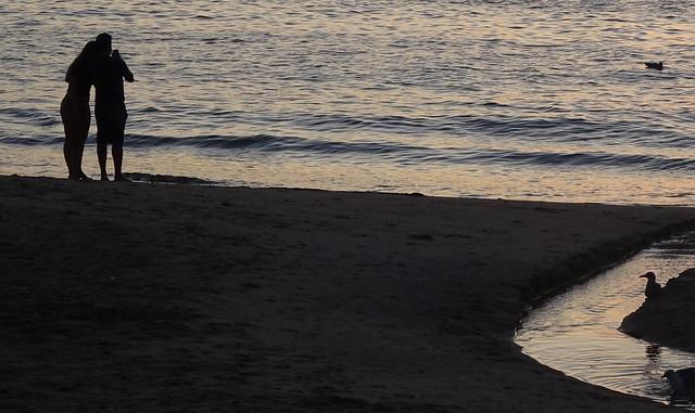 Pareja junto al mar