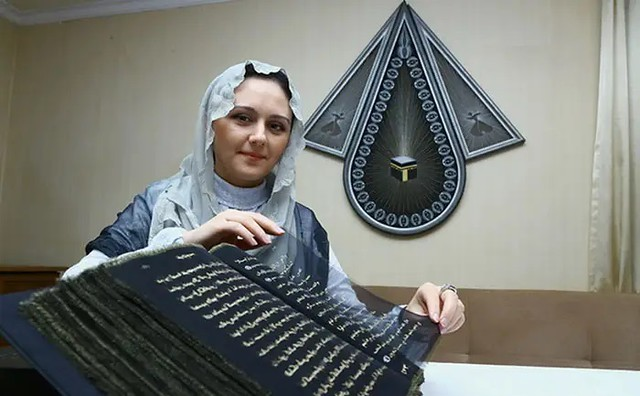 5507 Azerbaijan painter writes the Holy Quran with Gold on Silk 06