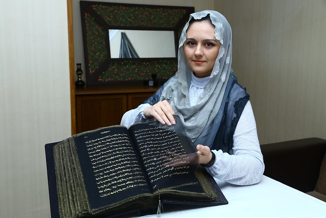 5507 Azerbaijan painter writes the Holy Quran with Gold on Silk 04
