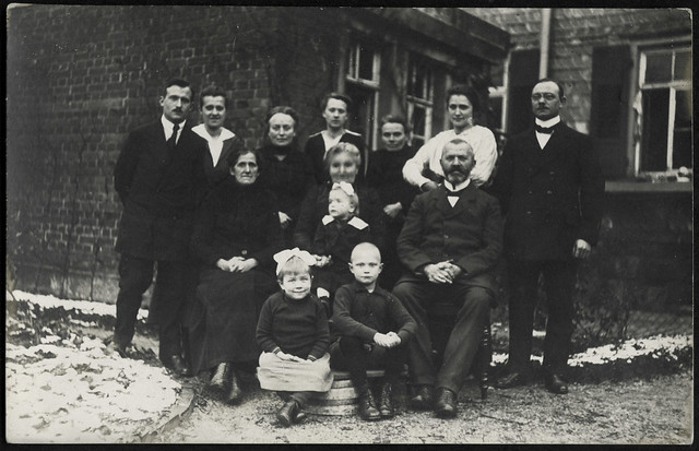 ArchivV68 Familienfoto, drei Generationen, 1910er