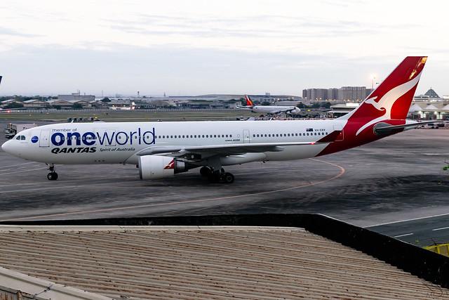 Qantas - Airbus A330-202 / VH-EBV @ Manila