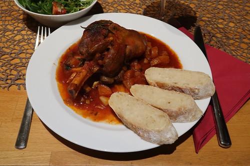 Lammhaxe in Tomatensoße mit frisch gebackenem Baguette und Ruccola-Salat (mein Teller)