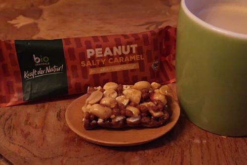 "biozentrale Riegel ""Peanut Salty Caramel mit Agavendicksaft"" zum Nachmittagskaffee"
