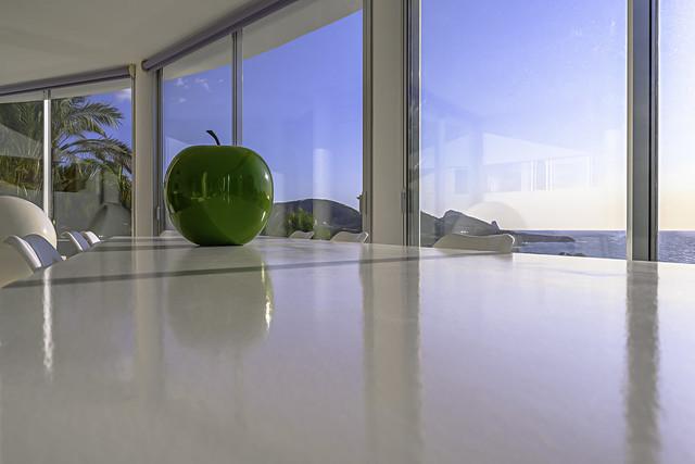Pomme Verte  sur Table blanche