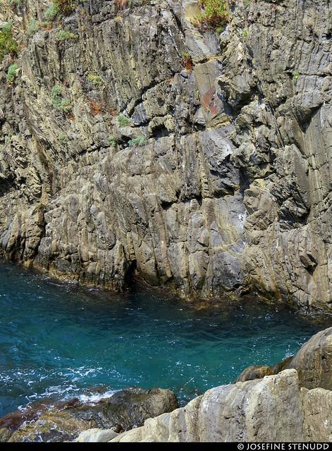 20170711_03 Blue-green slice of ocean between rocks in Riomaggiore, Cinque Terre, Italy