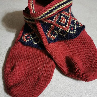 Fun footlets...perfect bed socks! Great design that allows them to be made without seams or sewing! Knit by Paulette from her book by Priscilla Gibson Roberts.