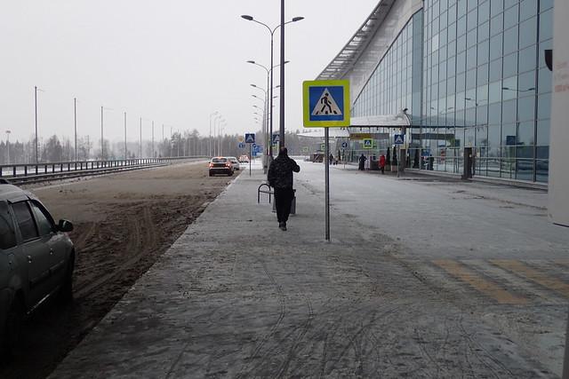 Devant l'entrée du terminal