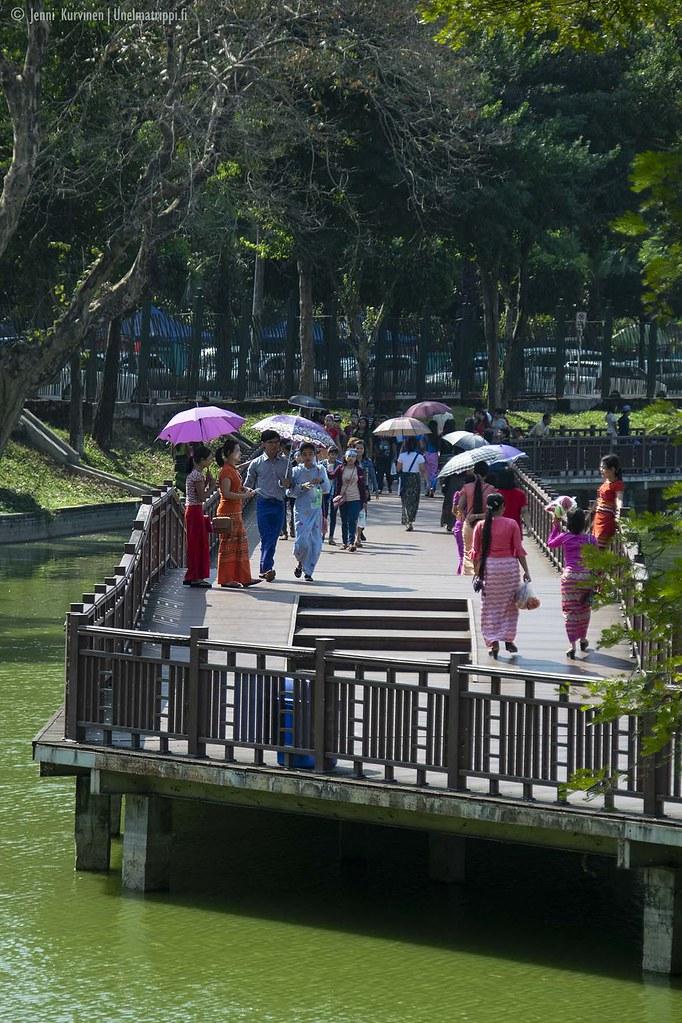 Kandawgyi-järven boardwalkeilla Yangonissa Myanmarissa