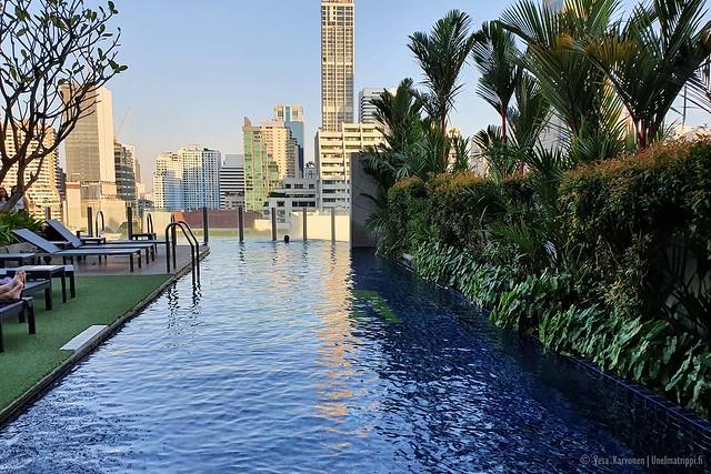 Aloft Hotelin uima-allas Bangkokissa