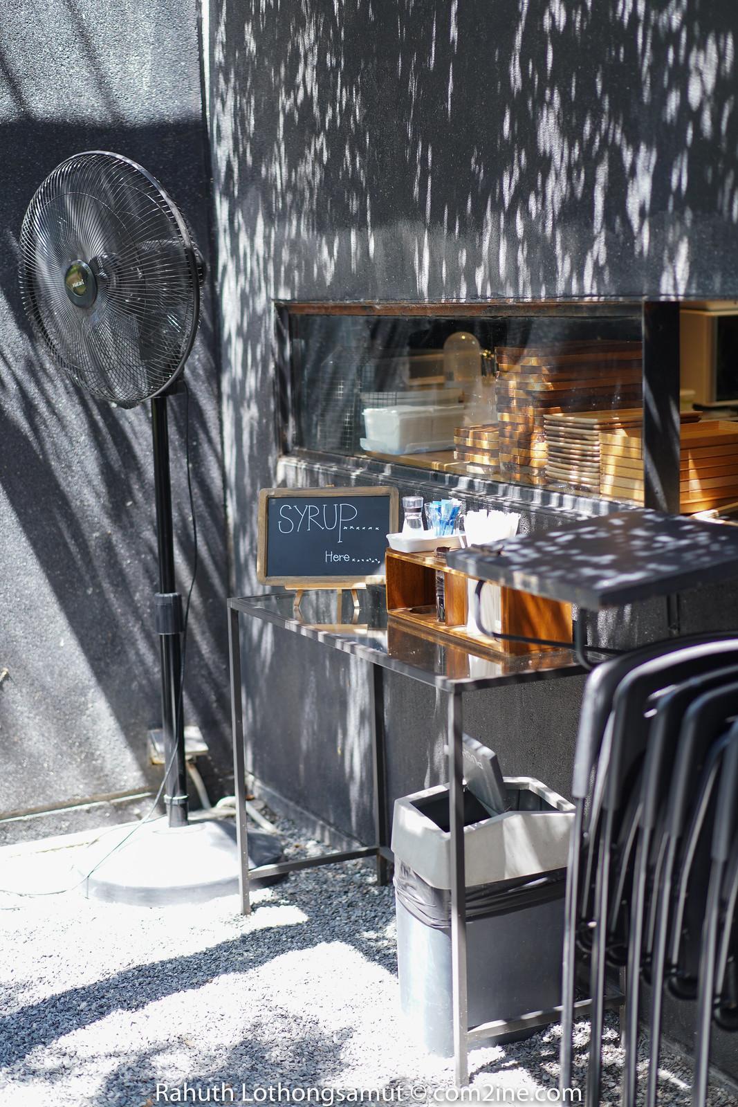 ที่มุมต่างๆ - Yellow Submarine Coffee Tank