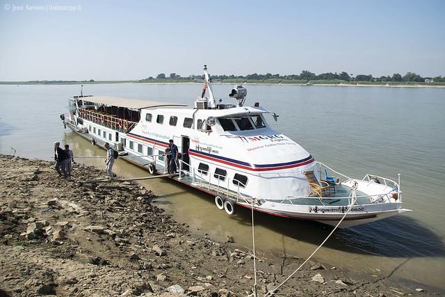 Jokilaiva vei meidät Mandalaystä Baganiin