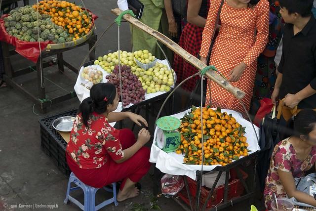 Katukauppias Yangonissa Myanmarissa