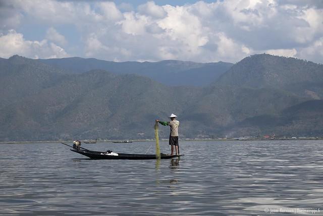 Kalastaja Inlejärvellä Myanmarissa