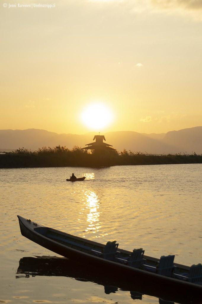 Auringonlasku Inlejärvellä Myanmarissa