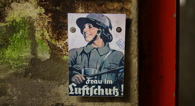 Propaganda poster Frau im Luftschuss