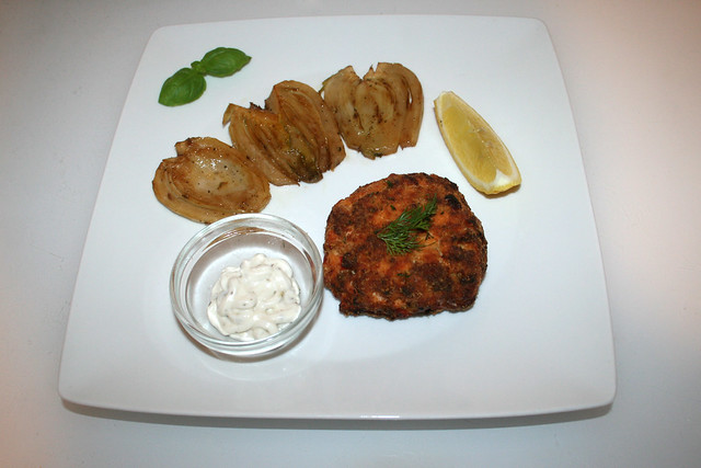 46 - Salmon patties with braised fennel - Served  / Lachsfrikadellen mit weißweingeschmorten Fenchel - Serviert