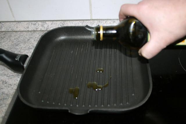 24 - Öl in Grillpfanne erhitzen / Heat oil in grill pan