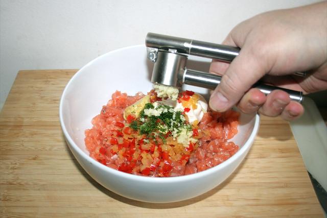 13 - Knoblauch dazu pressen / Squeeze garlic