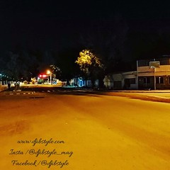 Djib by Night #13 Avenue emblématique de notre belle capitale. Celle ci se découvre de mille feux une fois la nuit tombée !!! . . . #travelphotograhy #travel #Djibouti #Weekend #Eastafrica #nightlife #Night #whereisthisplace #Africa #Djibstyle_mag #Ballad