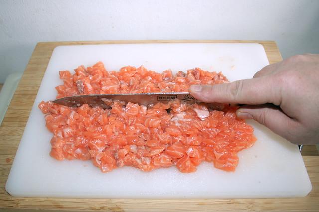 09 - Lachswürfel zerkleinern / Chop salmon