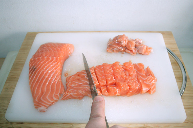 08 - Lachs würfeln / Dice salmon
