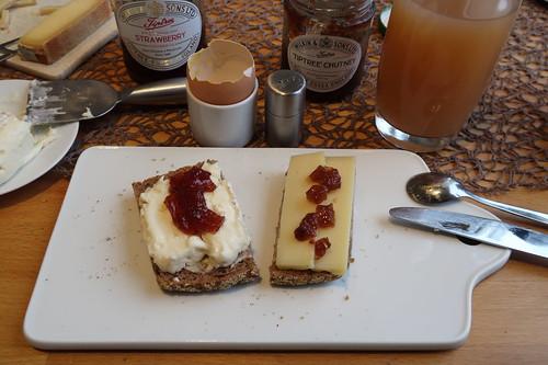 Peyrigoux mit Erdbeermarmelade und Alpenstolz mit TipTree Chutney auf Paderborner Brot