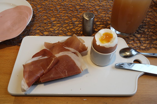 Prosciutto di San Daniele auf aufgetoastetem Majanne-Brot zum Frühstücksei