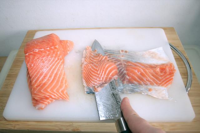 07 - Lachsreste von Haut schaben / Scrap salmon from skin