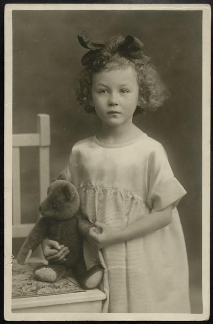 ArchivV99 Mädchen mit Teddy, 1920er