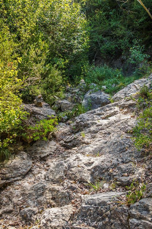 Hitos de piedras en el sendero de La Pixera a La Foradada